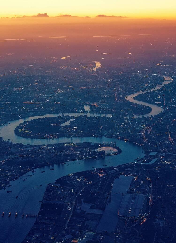 https://d337pdvlg6sju5.cloudfront.net/media/images/properties/united-kingdom/london/strand-palace/offers/pexels-johannes-plenio-1637907_504_750x1030.jpg